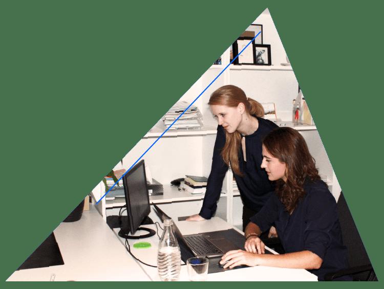 Marlen und Anita Stundner bei der Arbeit an einer Webseite - rechnerherz