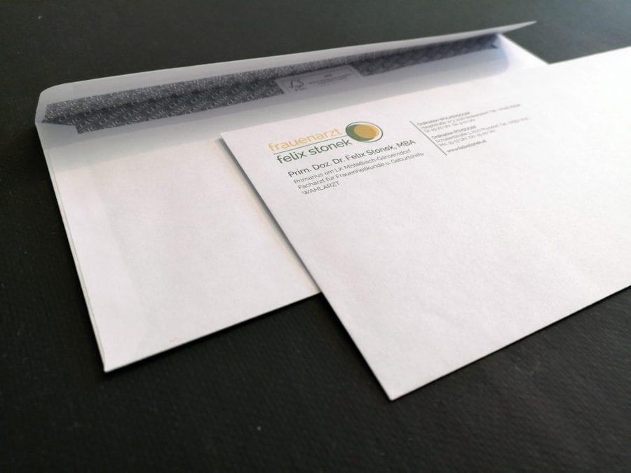 Kuvert mit Logo und Anschrift